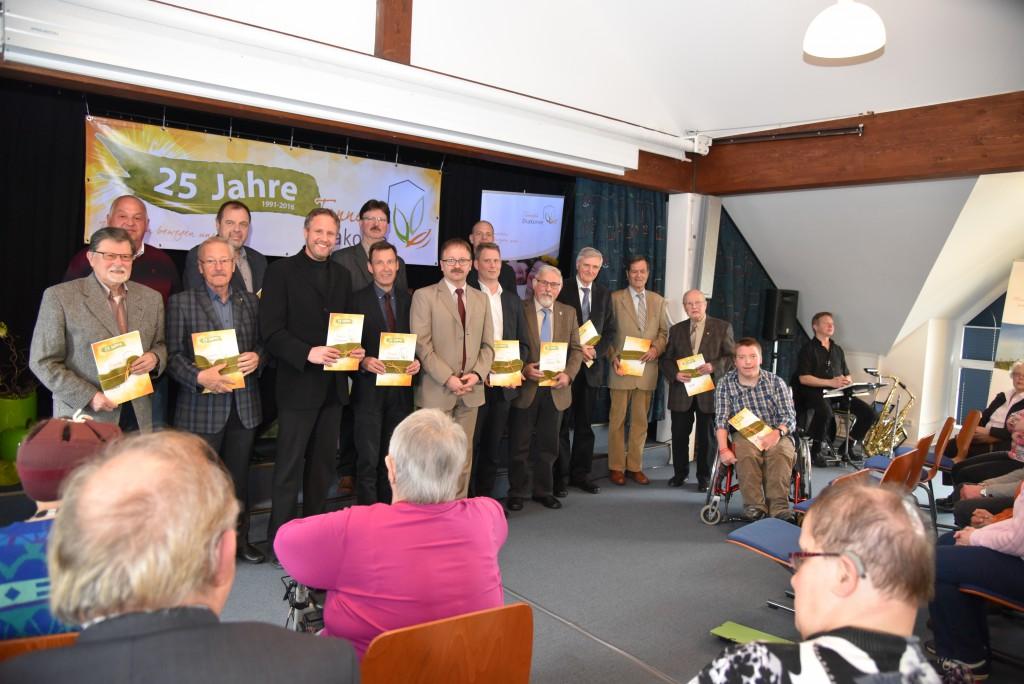 Den Ehrengästen überreichte Stefan Burkard die druckfrische Chronik